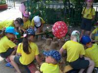Всех детей собрал песок!